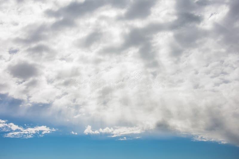 Solen rays shinning i den blåa himlen med lagret av moln arkivbilder
