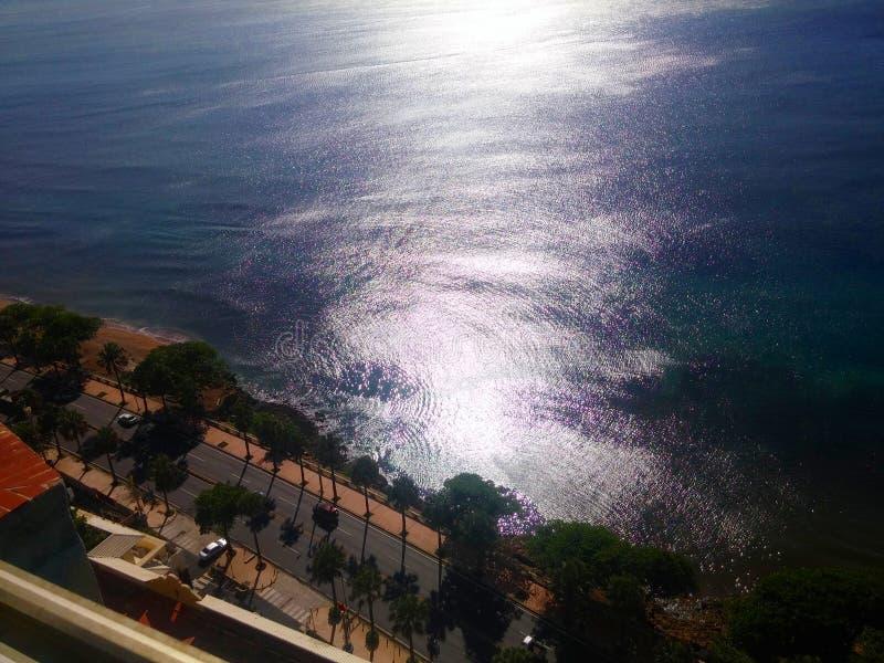 Solen reflekterade i vågorna av kustlinjemaleconen Santo Domingo för det karibiska havet arkivbilder