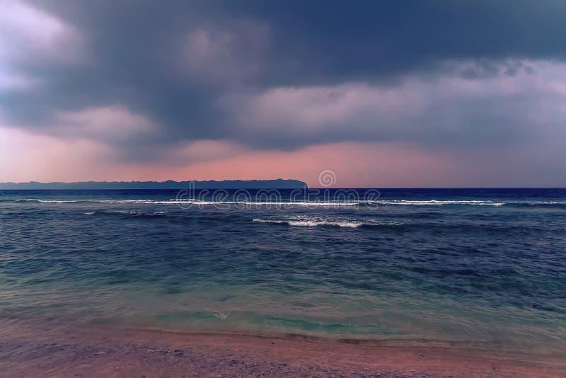 Solen \ 'set rays bortgång till och med stormmolnen över havet royaltyfria foton