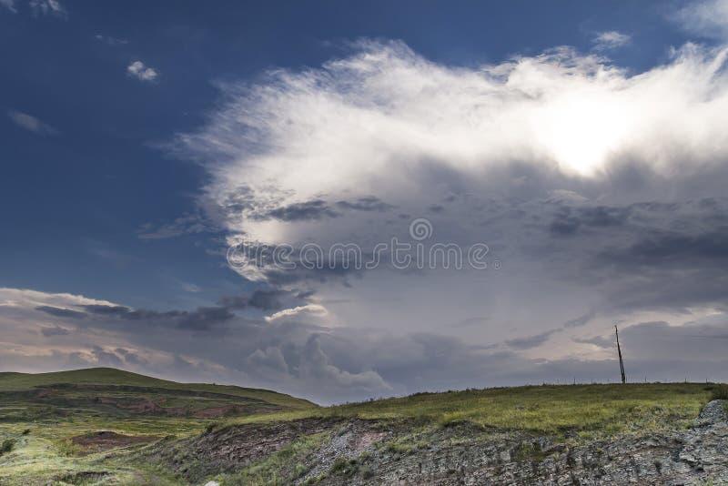 Solen skiner till och med det stora stormmolnet royaltyfria foton