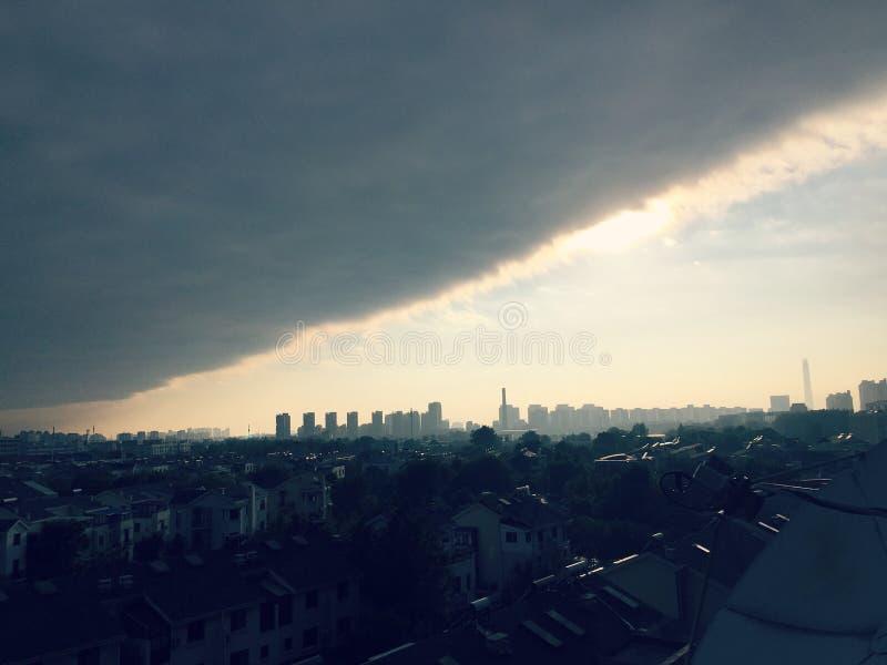 Solen skingrar de mörka molnen fotografering för bildbyråer