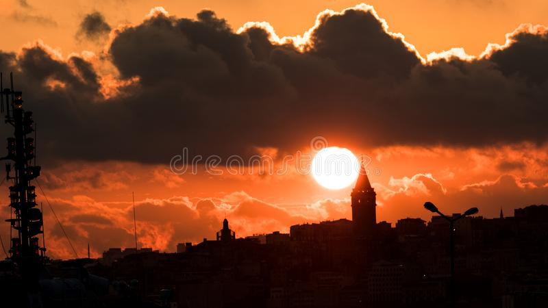 Solen som sjunker bak det Galata tornet arkivfoton
