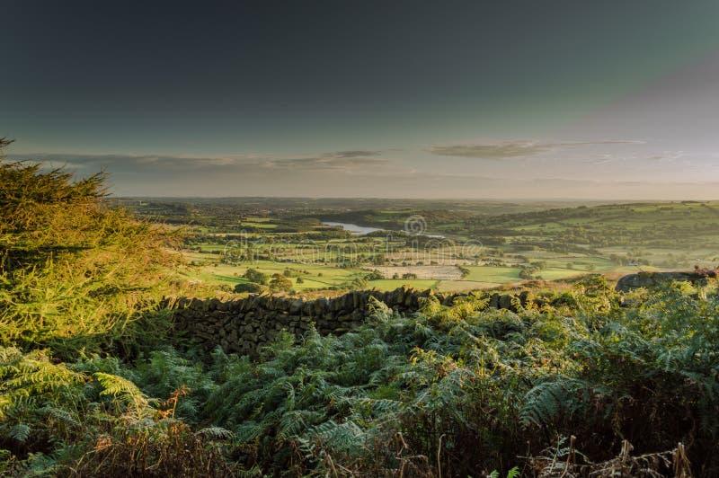 Solen ställer in över den Tittesworth behållaren och de omgeende fälten royaltyfria foton