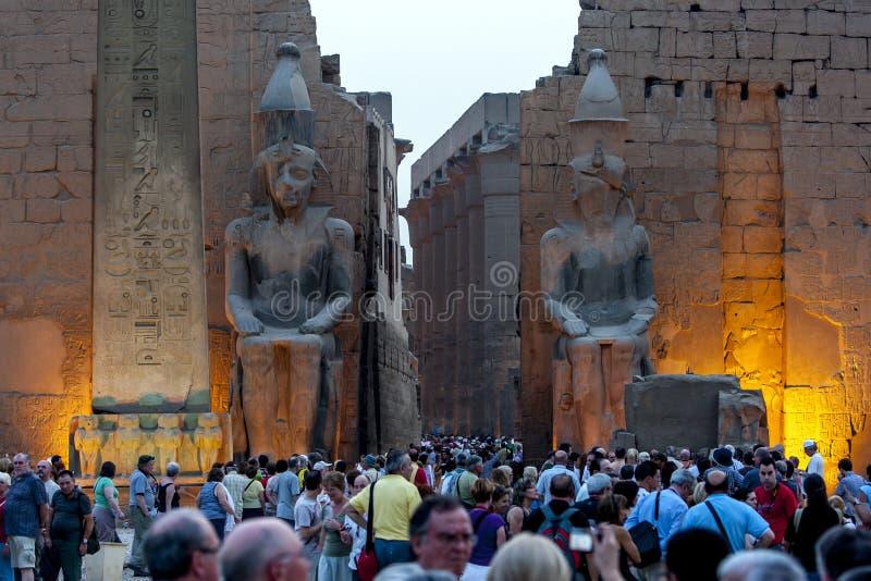 Solen ställer in över ingångspylonen av den Luxor templet (tempel av Amun-rommar) i Luxor, Egypten arkivbild