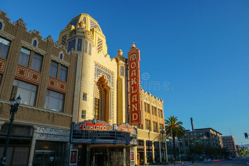 Solen stiger p? den r?vOakland teatern i i stadens centrum Oakland royaltyfria bilder