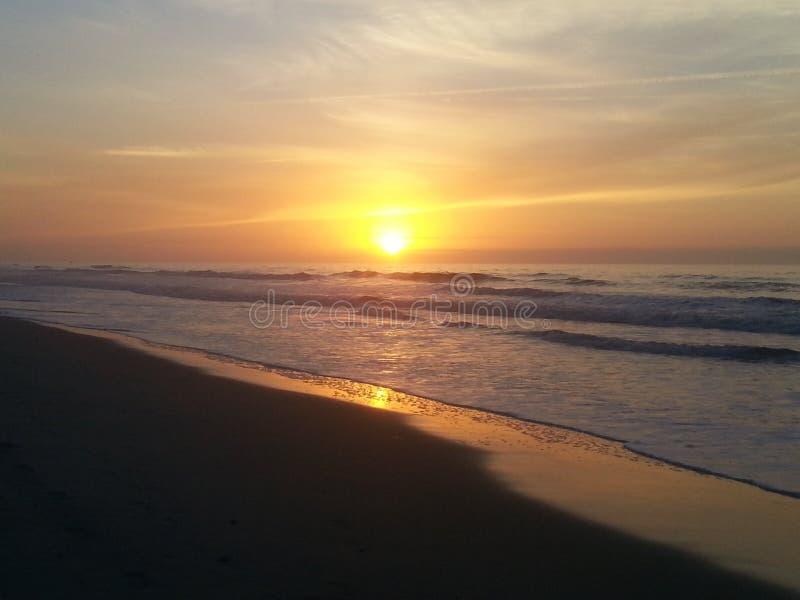 Solen tänder upp himlen med Carolina Beach Sunrise arkivbilder