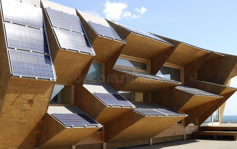 Solenergiskärmbyggnad på den Barcelona stranden. Spanien arkivfoto