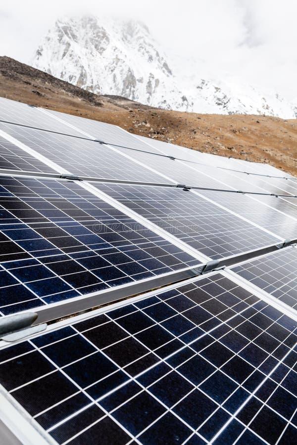 Solenergistation i Himalaya berg arkivbild
