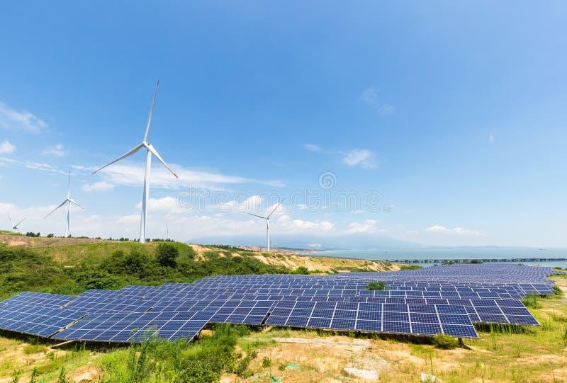 Solenergistation och vindlantgård arkivfoton