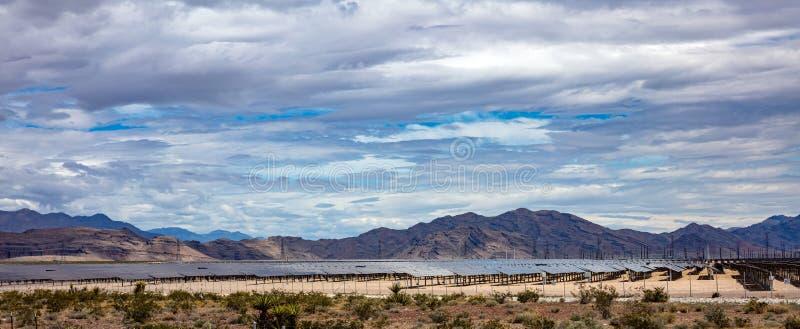 Solenergiväxt i öken Gr?nt energibegrepp f?r alternativ arkivfoton