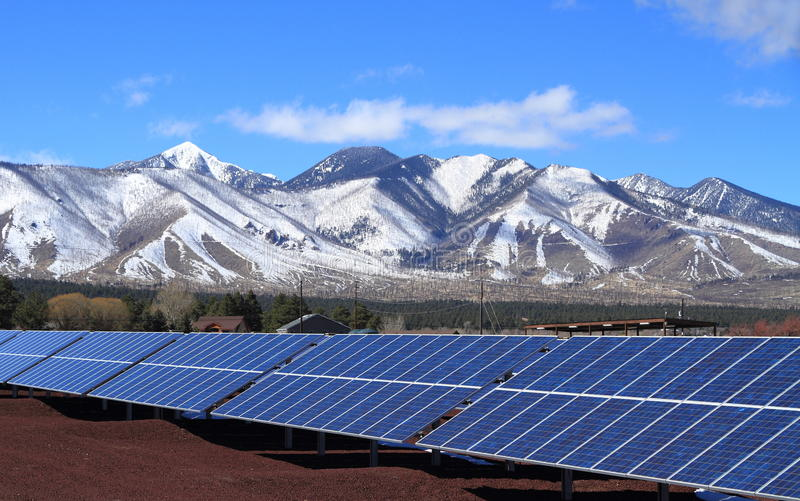 Solenergiväxt på foten av San Francisco Peaks - flaggstång, Arizona/USA royaltyfri bild