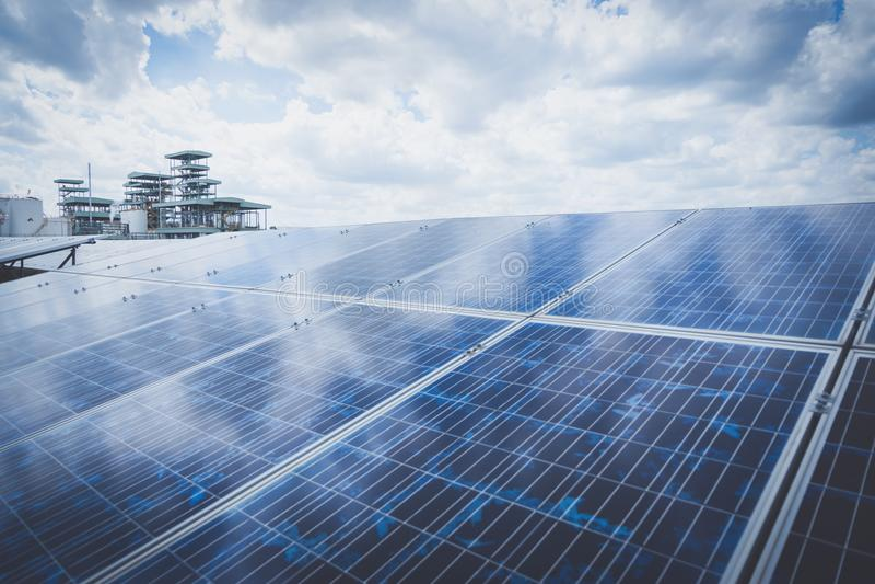 Solenergiväxt till innovation av grön energi royaltyfri bild