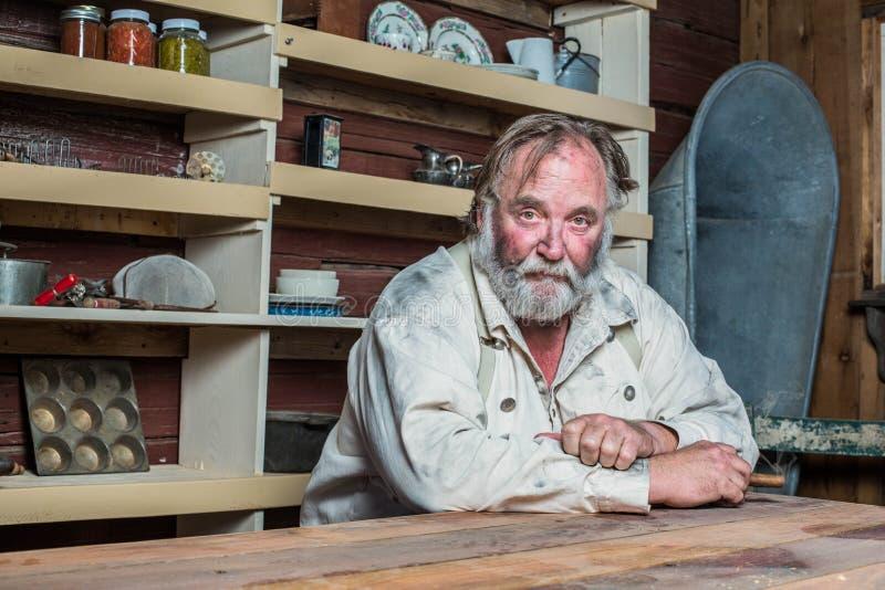 Solenny Zachodni mężczyzna przy stołem fotografia stock