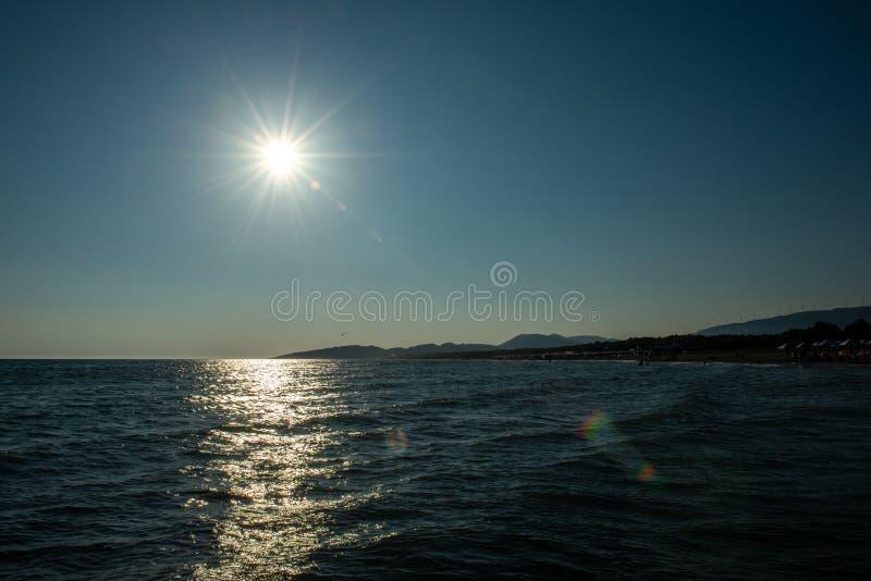 Solfackla strand, hav arkivbilder