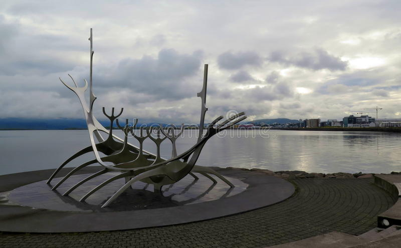 Solfar - het schipbeeldhouwwerk van Metaalviking in Reykjavik, IJsland royalty-vrije stock foto's