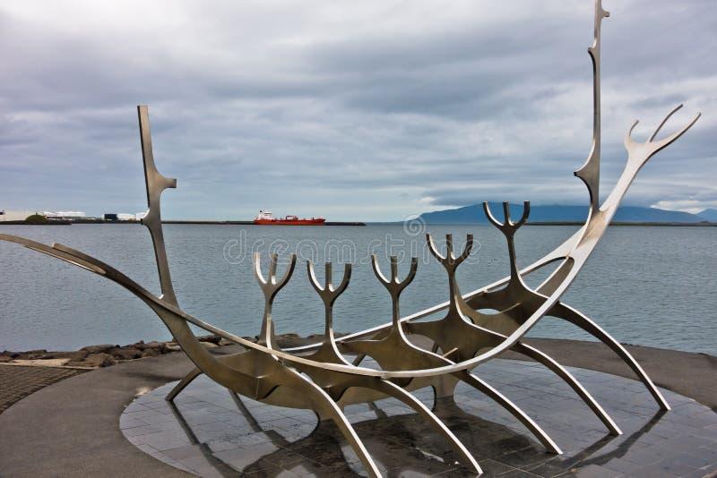 Solfar, Zonreiziger is reusachtig staalbeeldhouwwerk van de boot van Viking stock afbeeldingen
