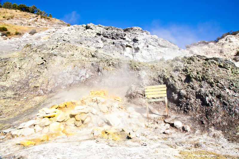Solfatara - cráter volcánico foto de archivo libre de regalías