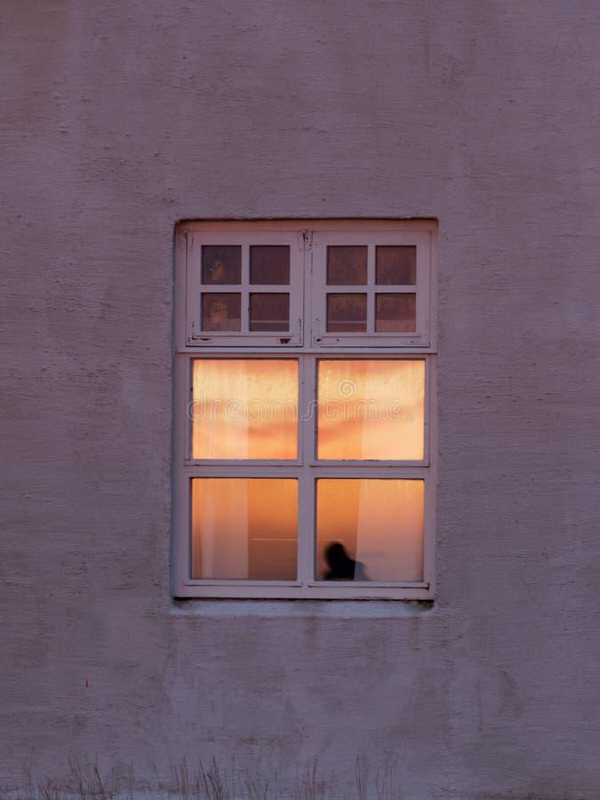 Solglöd i fönstret arkivfoton