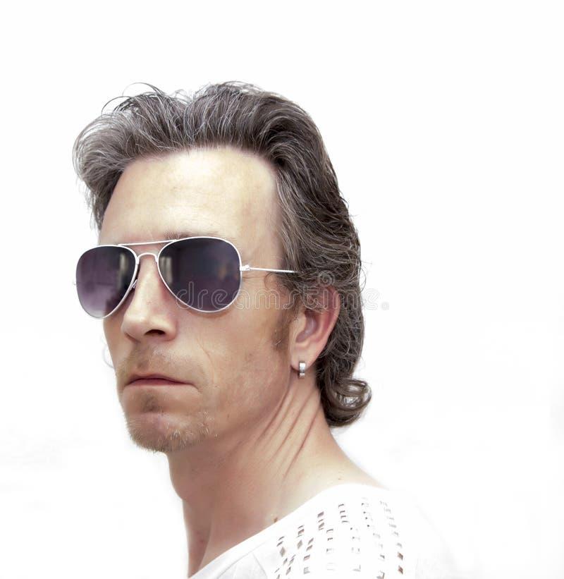 Solglasögon för åldrig man för mitt bärande royaltyfria bilder