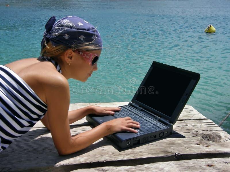 solglasögon för flickabärbar datorhav arkivfoton
