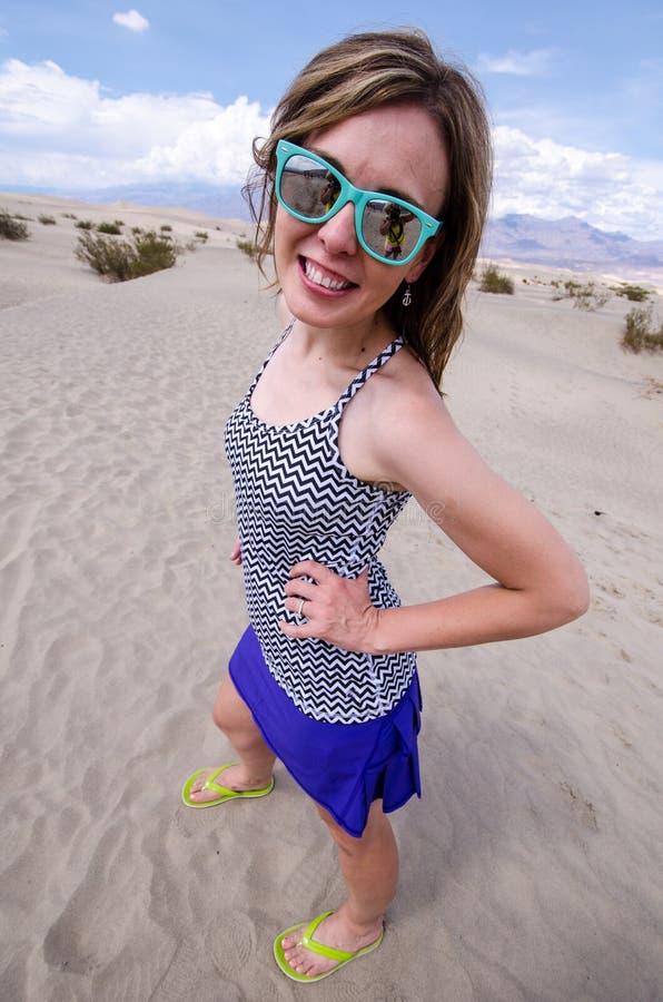 Solglasögon för strand för brunettkvinnlig bärande på Mesquitesanddyerna i den Death Valley nationalparken Kalifornien royaltyfri foto