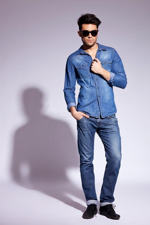 Solglasögon för ung man för mode slitage arkivfoton