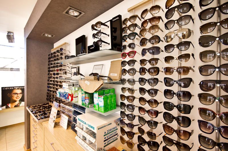 Solglasögon i optiker shoppar fotografering för bildbyråer
