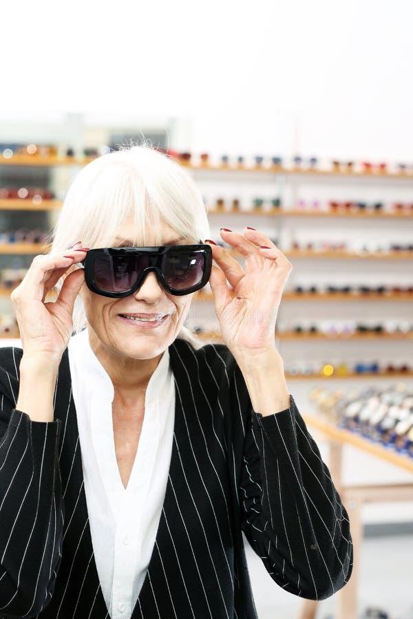 Solglasögon mörka trendiga ramar arkivfoto