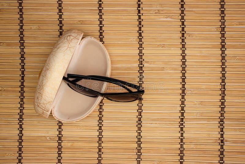 Solglasögon och fall på träbakgrund arkivbilder
