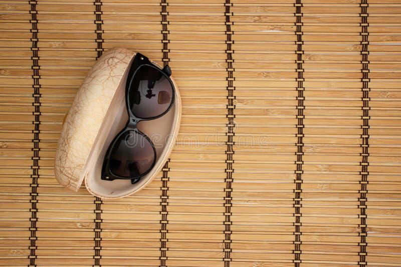 Solglasögon och fall på träbakgrund royaltyfri fotografi