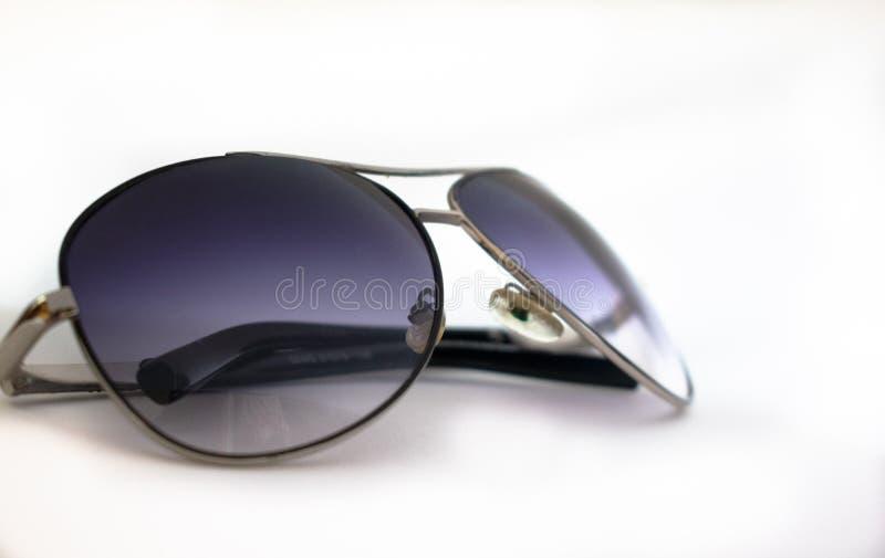 Solglas?gon p? en vit bakgrund 4 royaltyfri foto