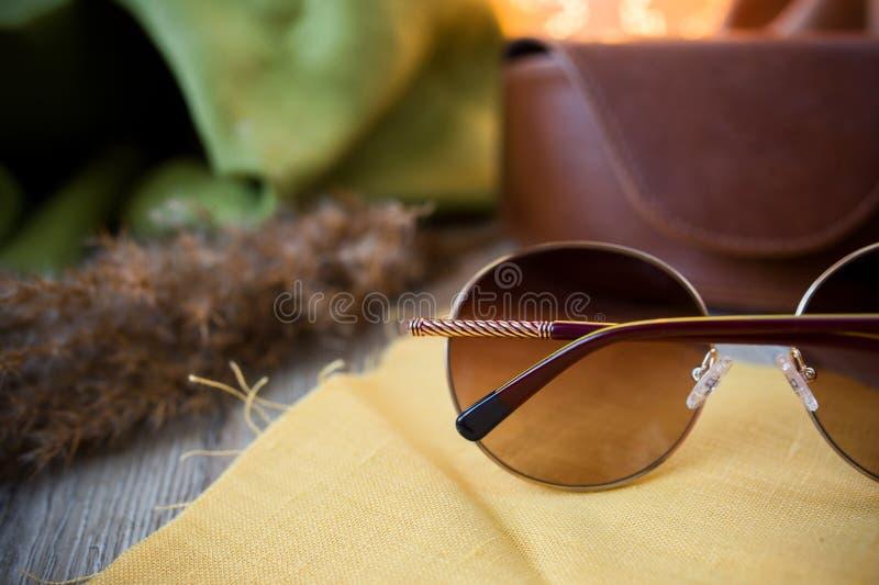 Solglasögon på golvet arkivfoto