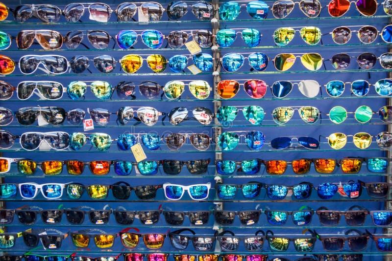Solglasögon på hyllor arkivbilder