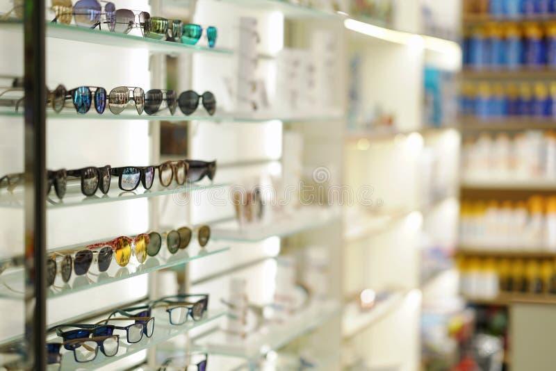 solglasögon på lagerhyllor fotografering för bildbyråer