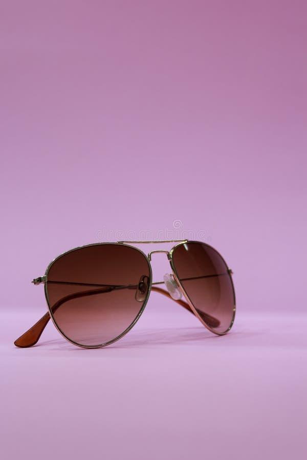 solglasögon på rosa bakgrund arkivfoto