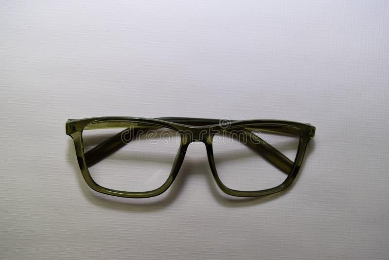Solglasögon på skrivbordtabellbakgrund royaltyfri bild