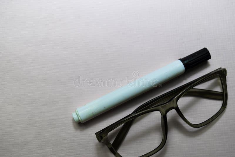 Solglasögon som isoleras på skrivbordtabellbakgrund royaltyfri fotografi