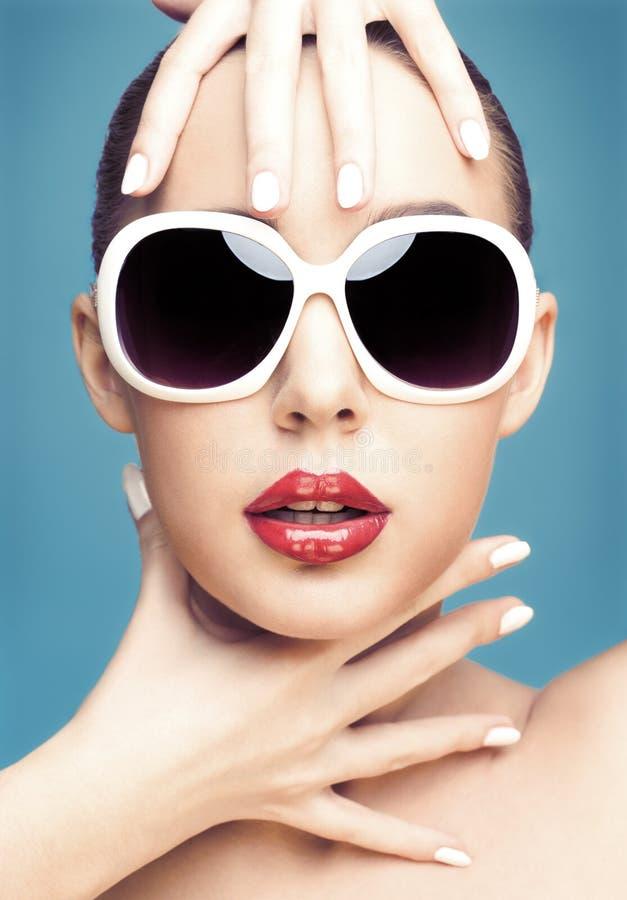 solglasögon som slitage kvinnabarn royaltyfria bilder