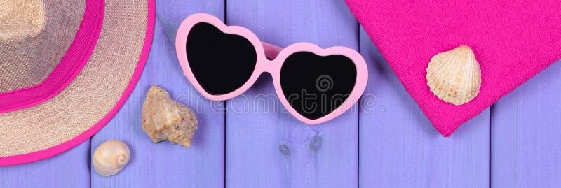 Den Purpurfärgade Solglasögon Formade Hjärta Med Skal På