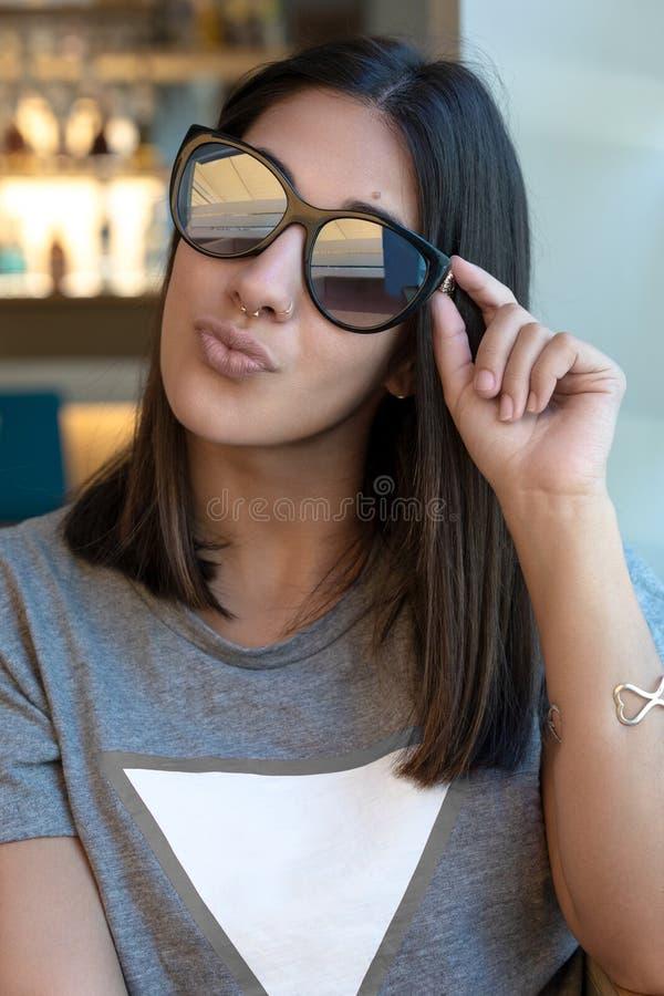 Solglasögonflicka som kysser på kameran royaltyfri fotografi