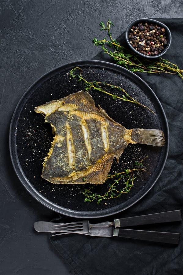 Solha grelhada, alimento saudável equilibrado Fundo cinzento, vista superior, espaço para o texto foto de stock