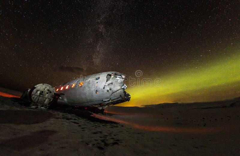 Solheimasandur-Flugzeugwrack mit aktiven norhtern Lichtern, Island stockfotografie