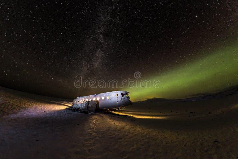 Solheimasandur spiana il relitto con le luci norhtern attive, Islanda immagini stock libere da diritti