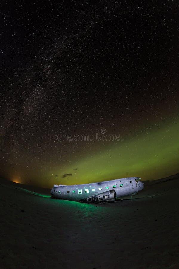 Solheimasandur spiana il relitto con le luci norhtern attive, Islanda immagine stock libera da diritti