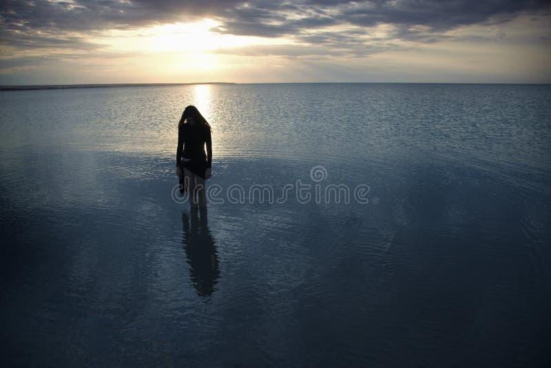 Solidão no mar escuro imagens de stock