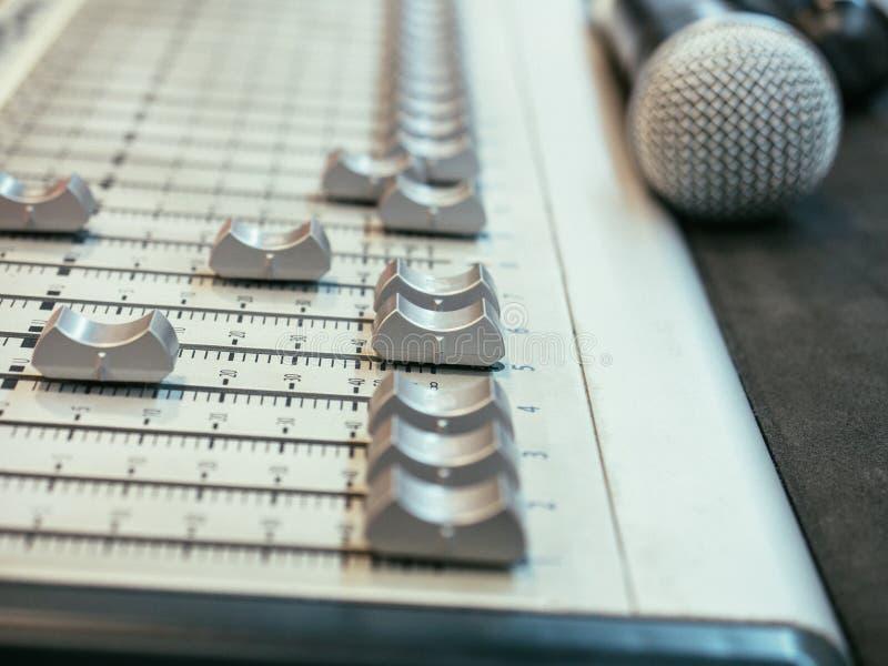 Solid blandare för selektiv fokus på den oskarpa mikrofonbakgrunden arkivfoton