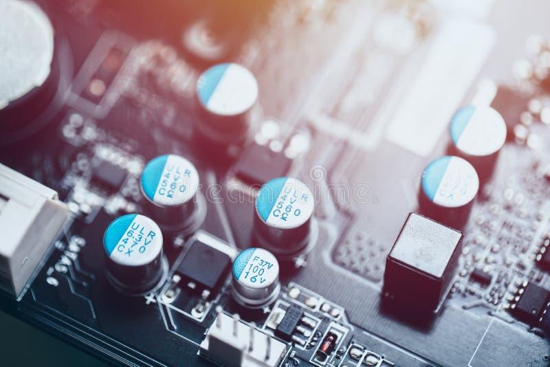 Solid kondensator på tryckt kretskort på moderkort till dator royaltyfri bild