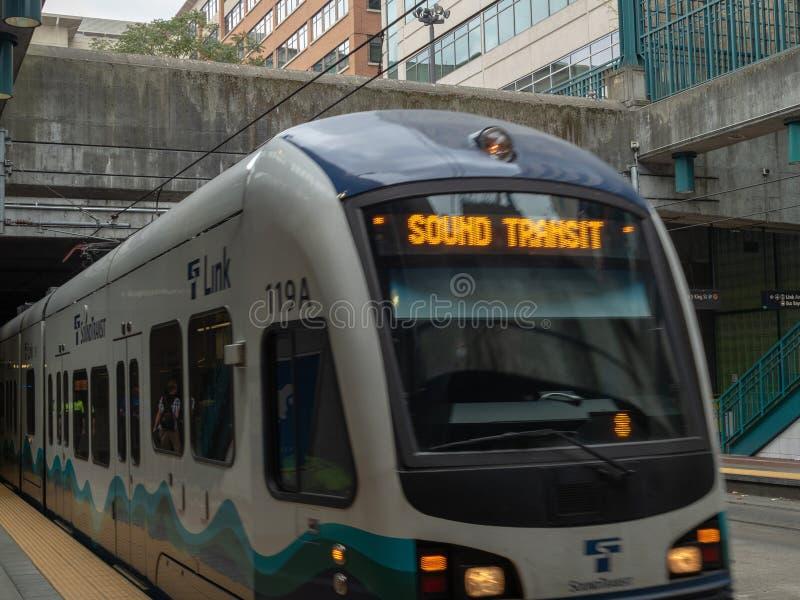 Solid stång för transportsammanlänkningsljus som drar in i utomhus- station arkivbilder