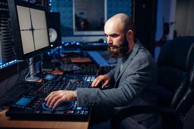 Solid tekniker som arbetar i den anteckna studion royaltyfri foto