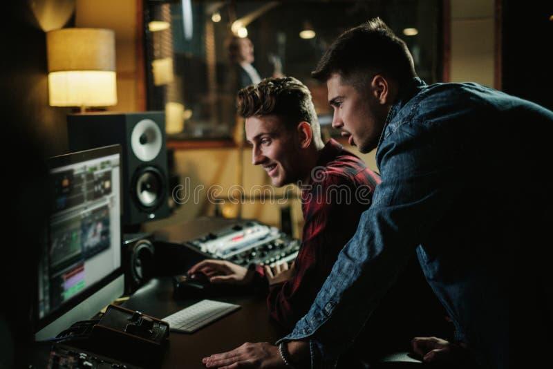 Solid tekniker som arbetar i en musikstudio arkivfoton